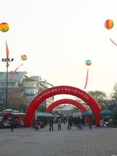 photo,material,free,landscape,picture,stock photo,Creative Commons,River Bo town, shopping district, An advertising balloon, balloon gate, motorcycle