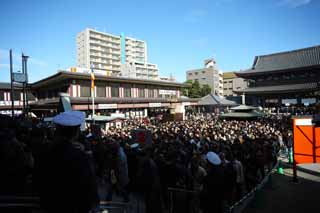 photo,material,free,landscape,picture,stock photo,Creative Commons,Kawasakidaishi Omoto temple, New Year's visit to a Shinto shrine, worshiper, Great congestion, The large main gate of a Buddhist temple