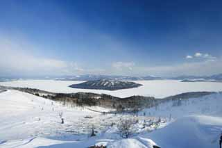 photo,material,free,landscape,picture,stock photo,Creative Commons,Kussharo lake from Bihoro Pass, Kussharo lake, It is snowy, snowy field, blue sky