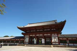 photo,material,free,landscape,picture,stock photo,Creative Commons,Todai-ji Temple gate built between the main gate and the main house of the palace-styled architecture in the Fujiwara period, The gate, wooden building, Buddhism, temple